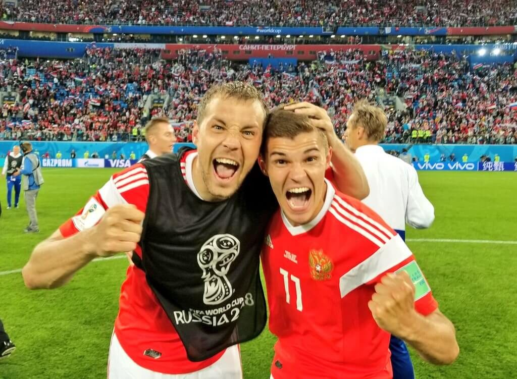 Футболисты сборной России празднуют победу