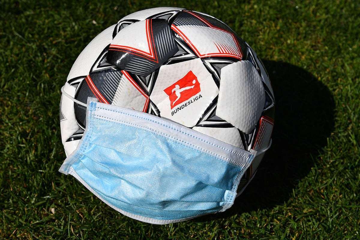 Футбольный мяч в маске после коронавируса
